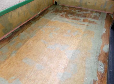[FRP防水工事] ③ポリエステル樹脂を塗布後、すぐにガラスマットを貼り付ける。