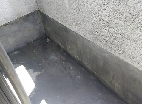 [ウレタン防水工事] 防水層を保護する役目のトップコートが剥がれてきています