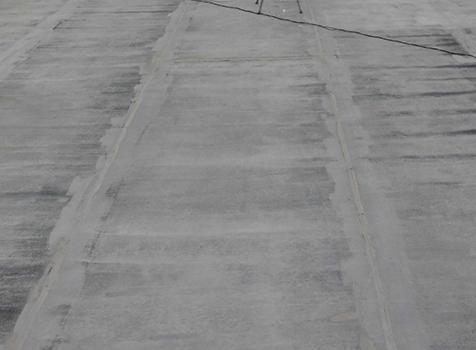 シート防水工事  施工前  トップコートが剥がれ防水層がむき出しになっています