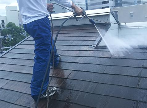 [洗浄] きちんと塗装できるように綺麗に洗浄を行います。高圧洗浄することで、塗料を密着させることができ、塗装の持ちが良くなります。