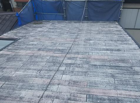 [屋根・塗装前] 塗膜が剥がれ、保護機能が失われています。