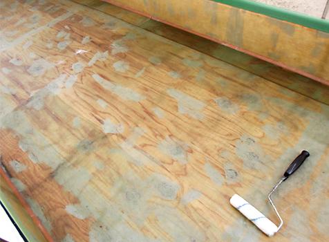 [FRP防水工事] ⑤ガラスマット貼り付け後、さらにポリエステル樹脂を塗布して防水層を作っていきます。