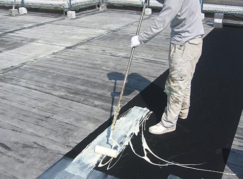 シート防水工事  シートに接着剤を塗っていきます