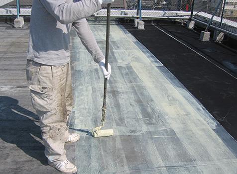 シート防水工事  下地に接着剤を塗っていきます